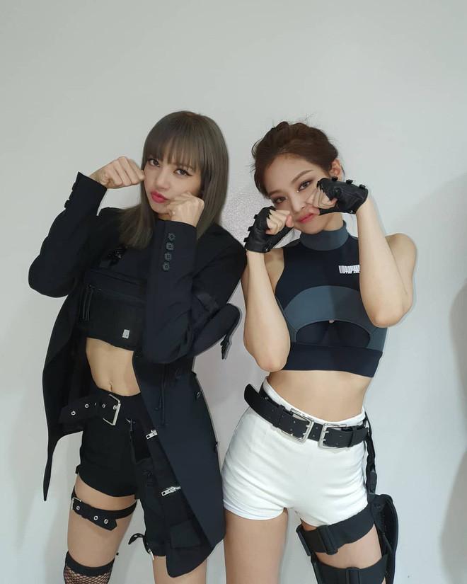 Màn đọ dáng của 2 rapper xinh đẹp Lisa - Jennie: Mặt xinh, dáng chuẩn, body không chút mỡ thừa