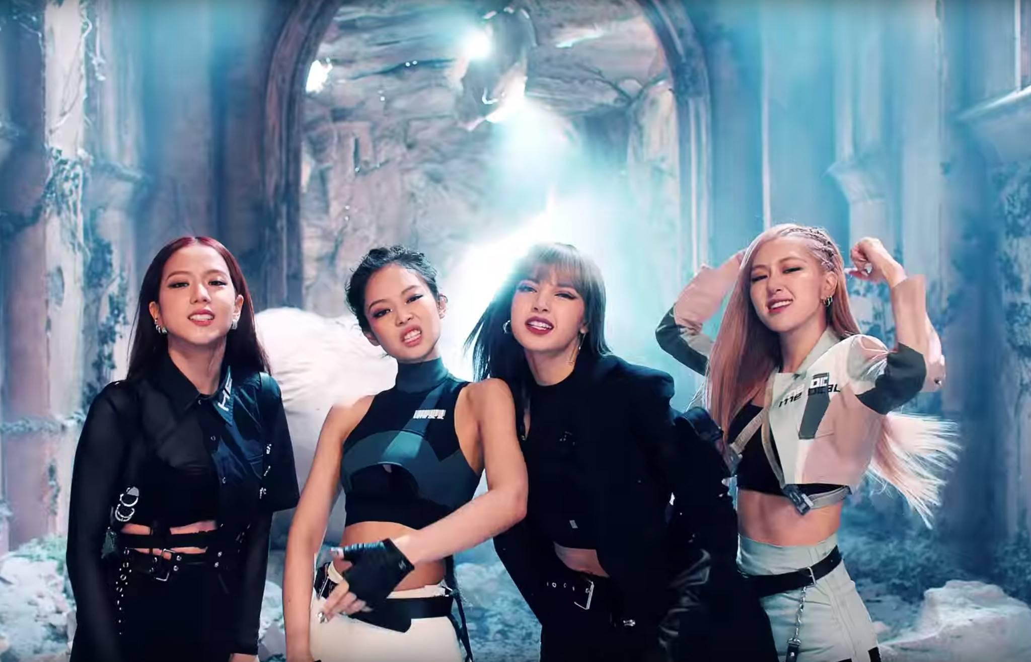 Bức ảnh gây lú nhất ngày: Khoảnh khắc Black Pink gặp gỡ 4 cô gái đến từ Hàn Quốc?