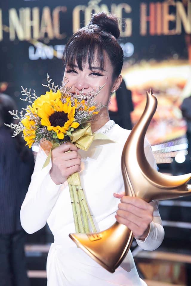 Nhận giải ca sĩ của năm, Đông Nhi thăng hoa với màn trình diễn We belong together