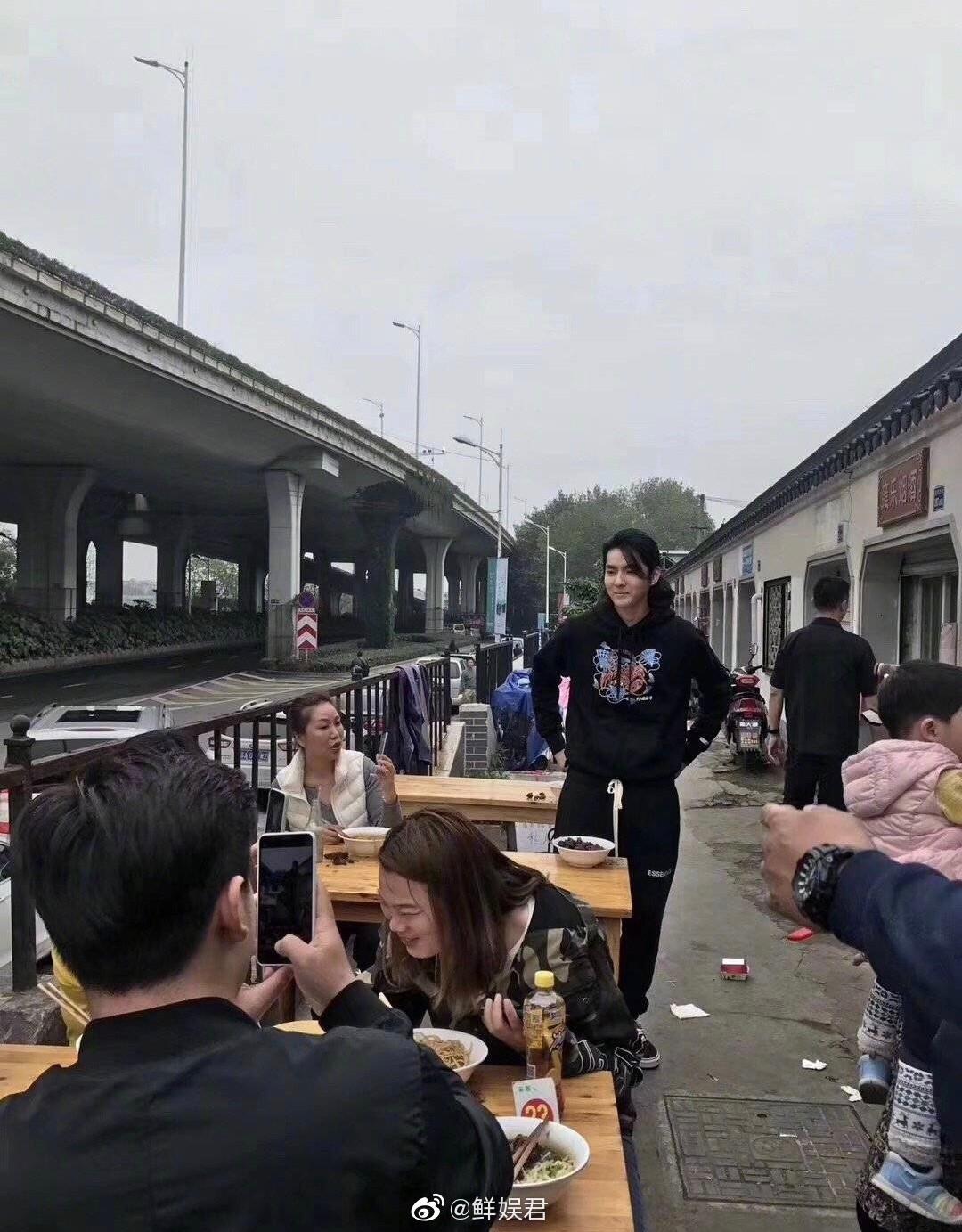 Không hổ danh là đệ nhất mỹ nam, Ngô Diệc Phàm buộc tóc hững hờ đi ăn mì thôi cũng khiến Weibo dậy sống