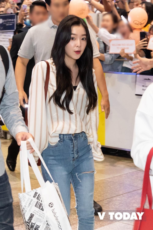 Nữ thần Irene khoe visual cực phẩm, Wendy tươi tắn khoe sắc cùng dàn mỹ nhân Red Velvet đón chào fan Việt  Nam