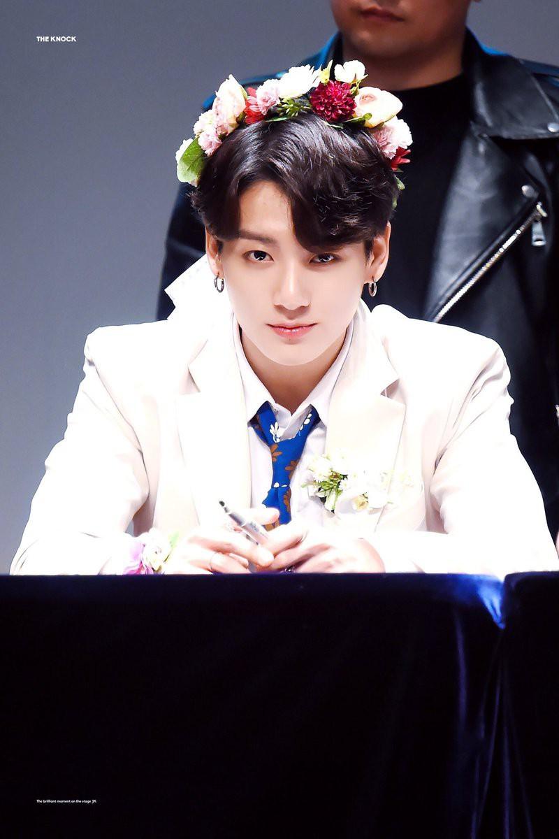 Nam thần Jungkook (BTS)  khiến hậu cung toàn cầu dậy sóng mỗi lần hất tóc mái: Bí quyết nằm ở vầng trán, đôi lông mày xa xỉ