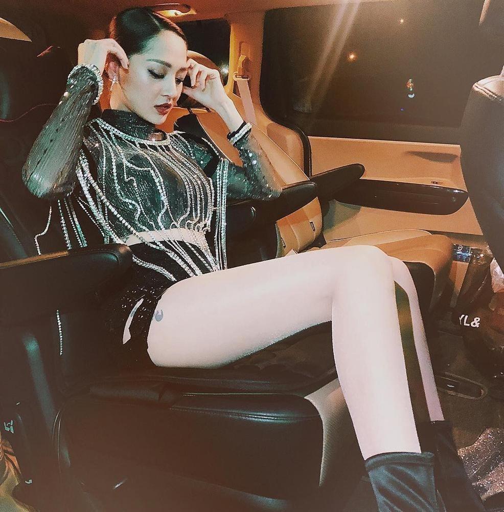 Stylist của Bảo Anh bị ném đá vì khẳng định đạo nhái trang phục của Lisa (BLACKPINK) nhưng sẽ làm chất hơn bản gốc