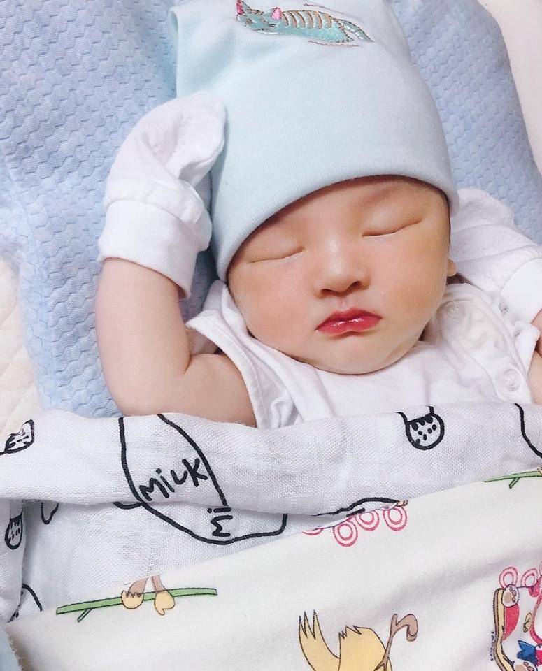 Cận cảnh vẻ đẹp trời ban của cháu trai Bảo Thy vừa chào đời