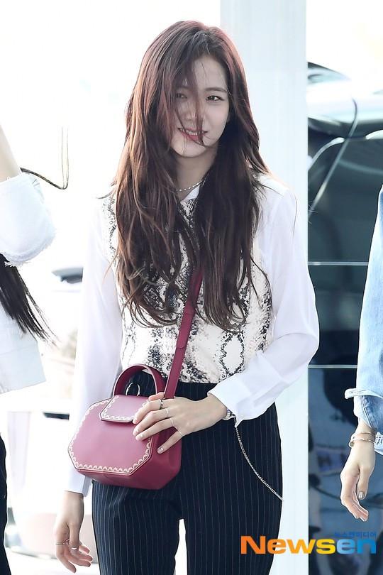 BlackPink xuất hiện tại sân bay Incheon: Jennie, Rosé khoe vòng eo con kiến, Lisa khoe... đôi chân gầy guộc