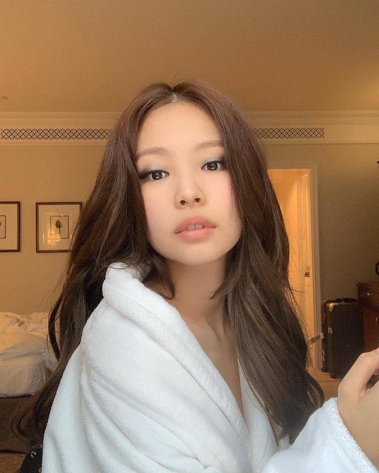 Rosé (BLACKPINK) khoe video makeup trong hậu trường nhưng lại khiến fan gây tranh cãi ở điểm này