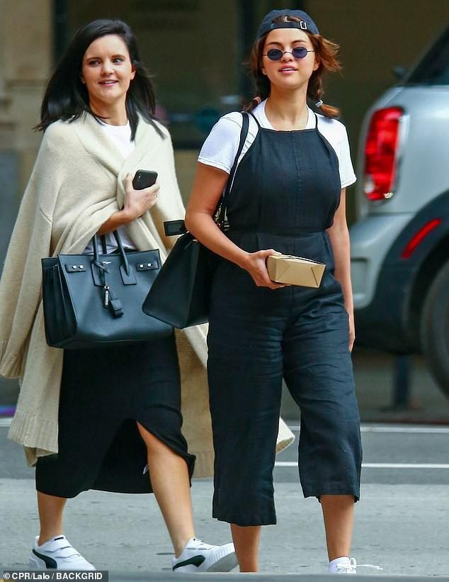 Selena Gomez diện đồ xì tin cưa sừng làm nghé, ai ngờ vòng 1 khủng quá lấn át tất cả