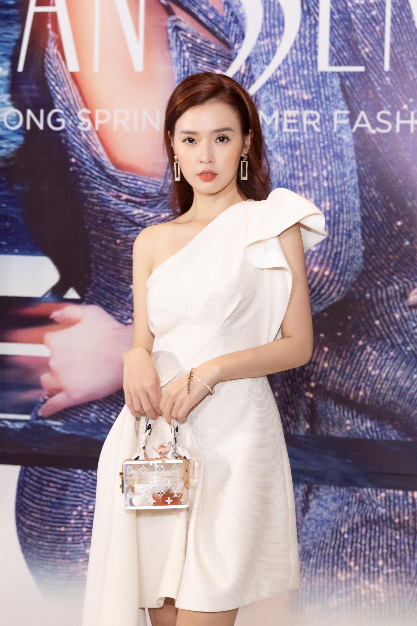 Bỏ quên ông xã, Hari Won, Nhã Phương mặc gợi cảm đua nhau chặt đẹp ở show thời trang