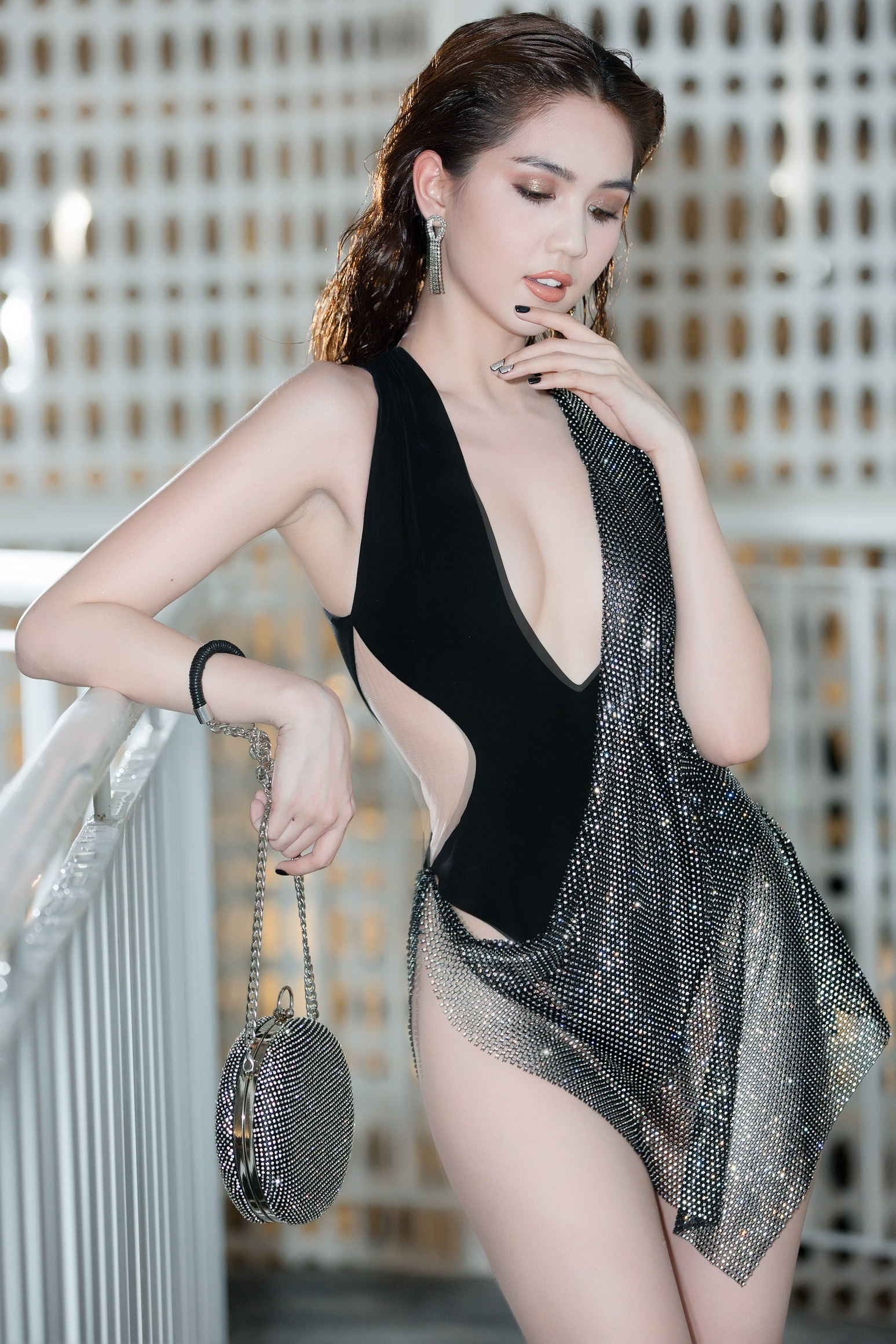 Hậu Cannes, Ngọc Trinh dằn mặt antifan với bộ trang phục chẳng khác gì bikini quấn khăn trên thảm đỏ
