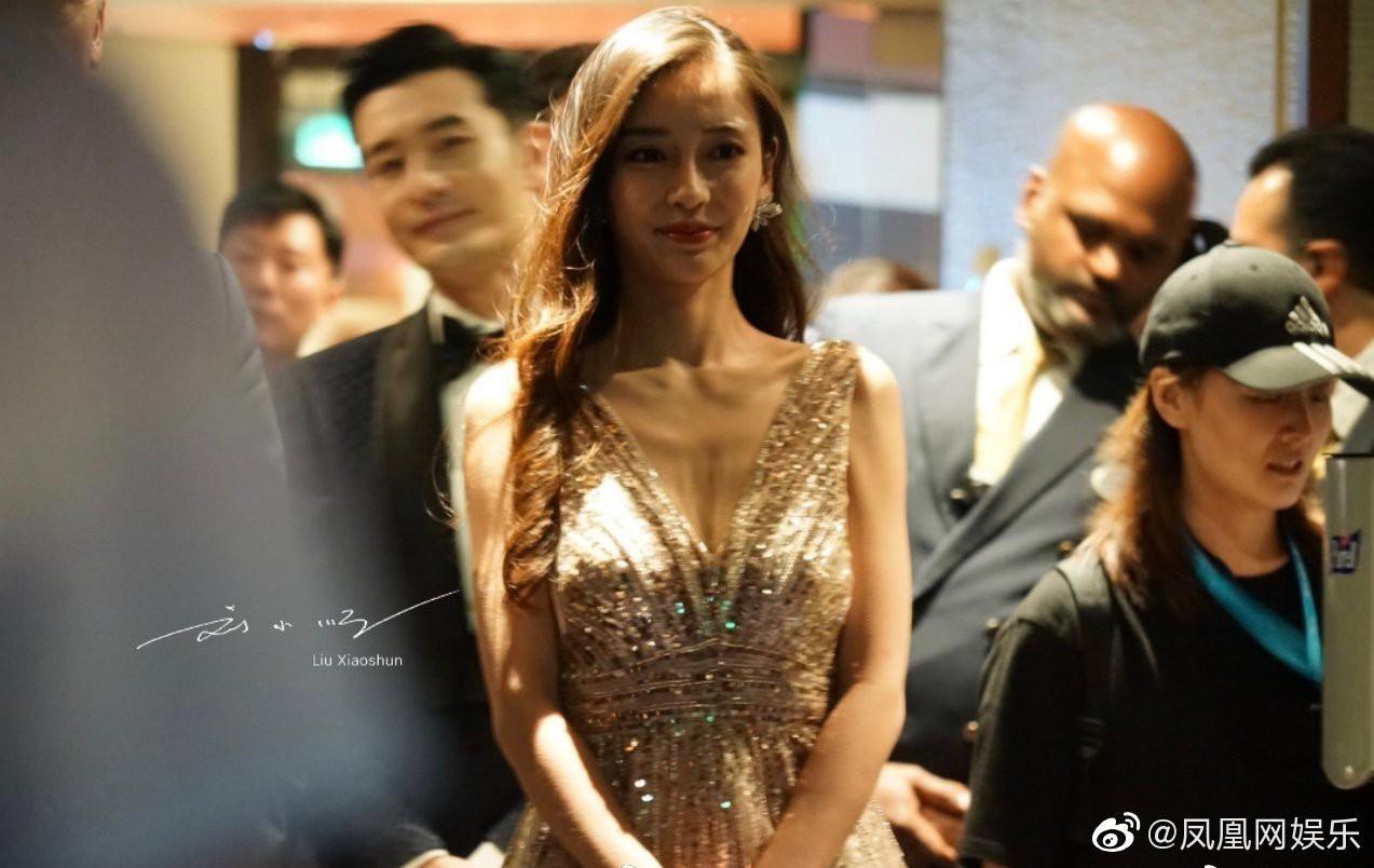 Đập tan tin đồn ly hôn, Huỳnh Hiểu Minh bất ngờ xuất hiện cùng Angela Baby ân cần nâng váy cho bà xã