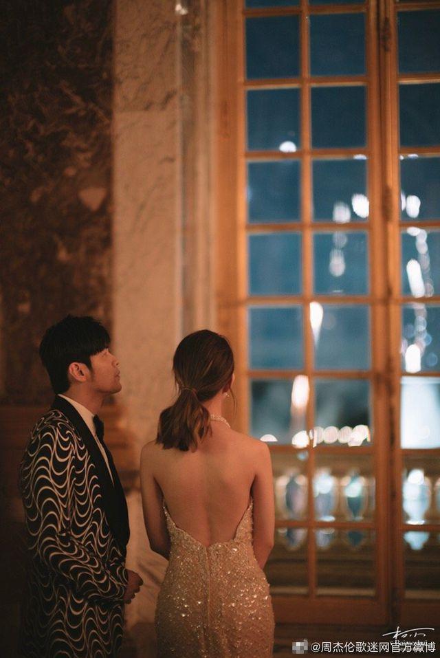 Dự đám cưới người ta, vợ chồng Châu Kiệt Luân gây bão Weibo vì tranh thủ làm bộ ảnh siêu lãng mạn như phim ngôn tình