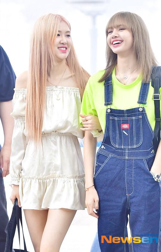BlackPink ra sân bay thời trang cực chất là một chuyện, Jennie và Jisoo lại còn tình tứ thế này thì fan sống không nổi mất