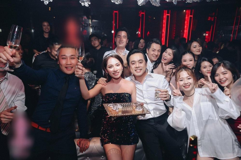 Hết tiệc party trong bar, Dương Khắc Linh và vợ kém 13 tuổi đi tuần trăng mật ở Đà Nẵng