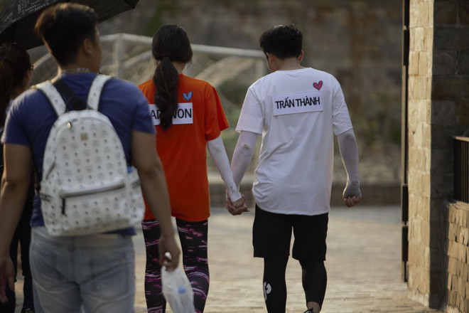Ảnh hot sao Việt tuần qua: Nghi vấn Hương Giang quay lại với tình cũ, Quang Trung cosplay thánh nữ Chị hiểu hôn chuẩn từng milimet