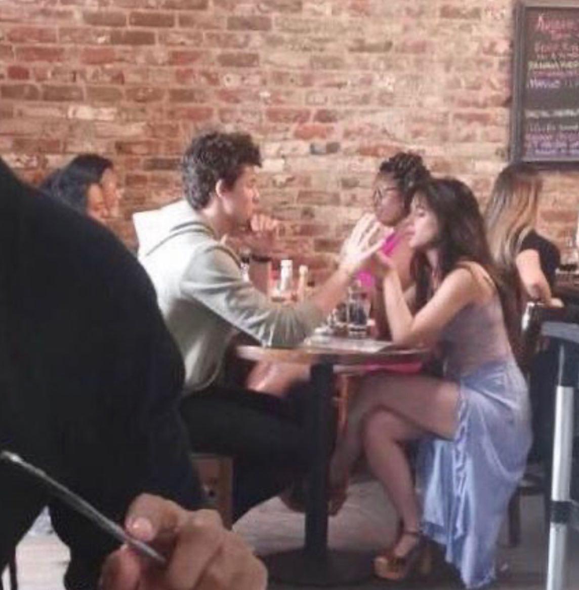 Cặp đôi Shawn Mendes và Camila lại khóa môi giữa chốn đông người, lần này Chúng tôi chỉ là bạn nữa không?