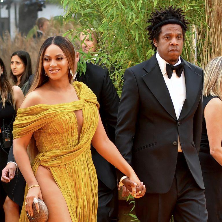 Beyonce nổi bật và quyền lực với chiếc đầm xẻ tít đến tận hông, và đó là siêu phẩm của NTK Công Trí!