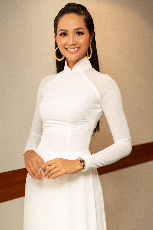 Hoa hậu HHen Niê thướt tha trong tà áo dài trắng nhưng mái tóc đen dài của cô mới là điều đáng ngạc nhiên