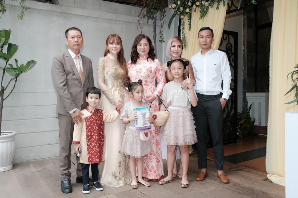 Thu Thủy cùng chồng kém 10 tuổi hạnh phúc trong lễ Vu Quy tại TP.HCM