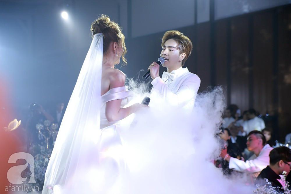 Đám cưới Thu Thủy và chồng trẻ kém 10 tuổi: Cô dâu chú rể cùng song ca hit Mình cưới nhau đi và trao nhau nụ hôn say đắm trong lễ cưới