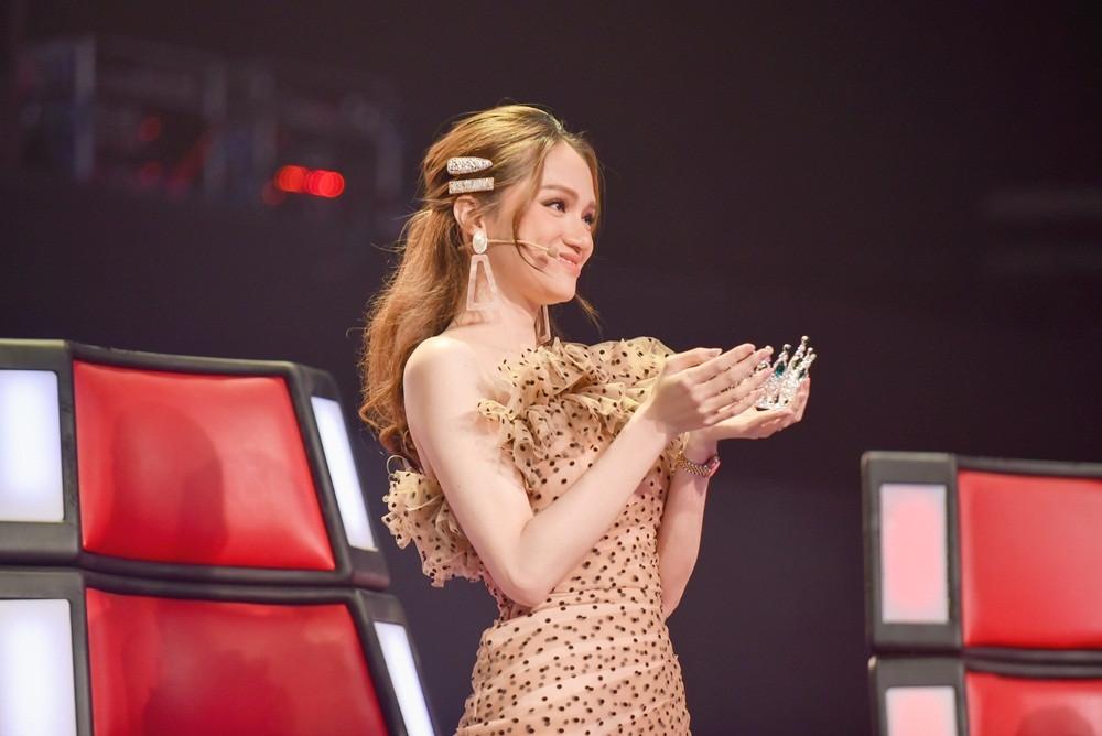 Hương Giang chơi lớn khi mang cả vương miện ra tuyên bố: Hoa hậu mà còn hát hay thì chỉ có một mình tôi ở Việt Nam