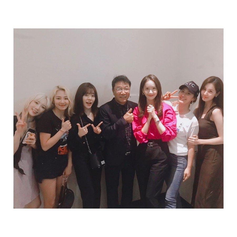 Bức ảnh đắt giá nhất Kpop hôm nay: Biệt đội thánh hack tuổi SNSD chụp bên chủ tịch SM