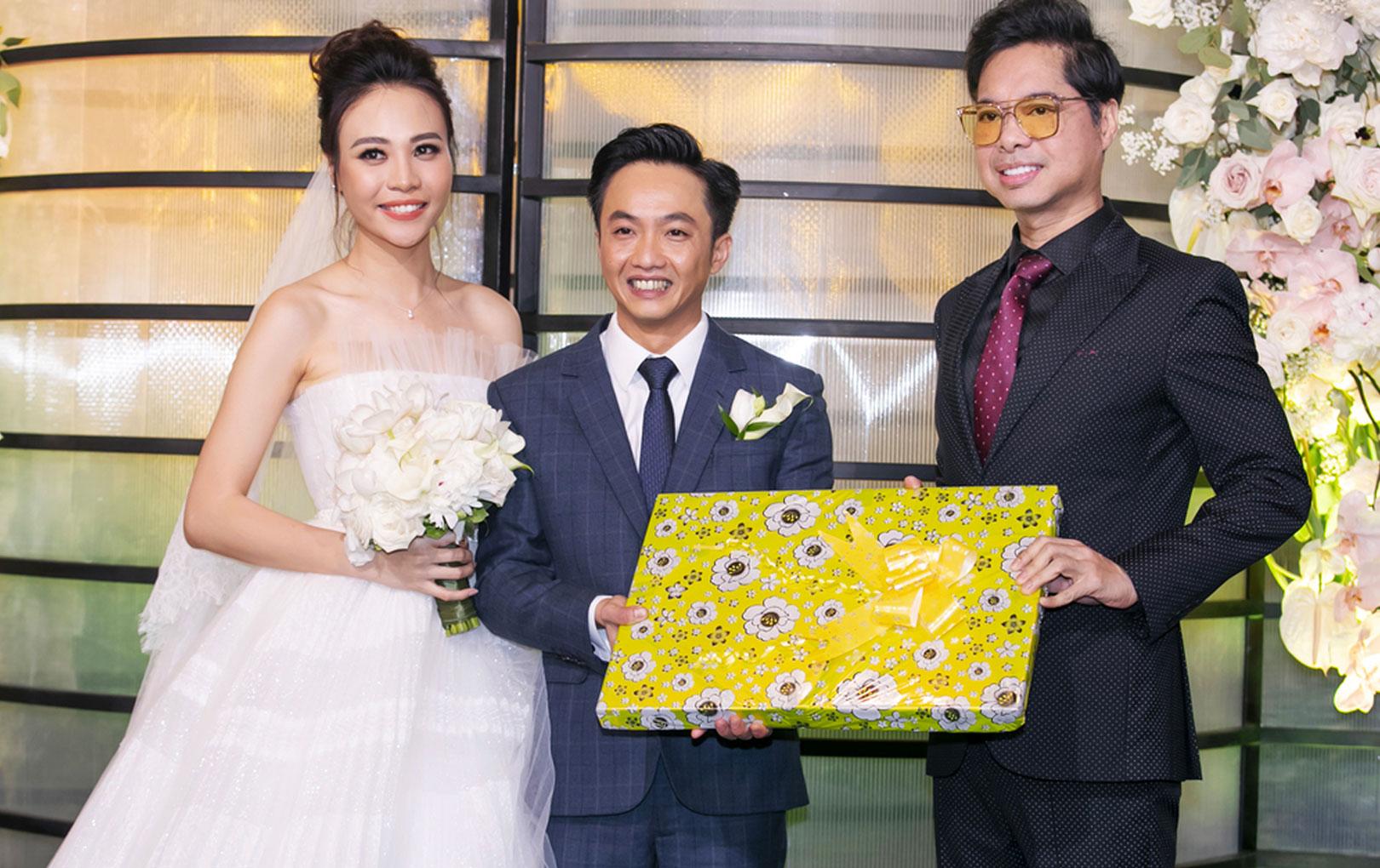 Sau bao ngày để CĐM tiên đoán, Ngọc Sơn cũng đã tiết lộ món quà cưới độc đáo dành tặng Đàm Thu Trang và Cường Đô La