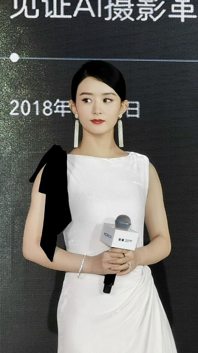 Tái xuất sau sinh đầy hút hồn nhưng nhìn ảnh chưa photoshop của Triệu Lệ Dĩnh lại khiến netizen 'giật mình'