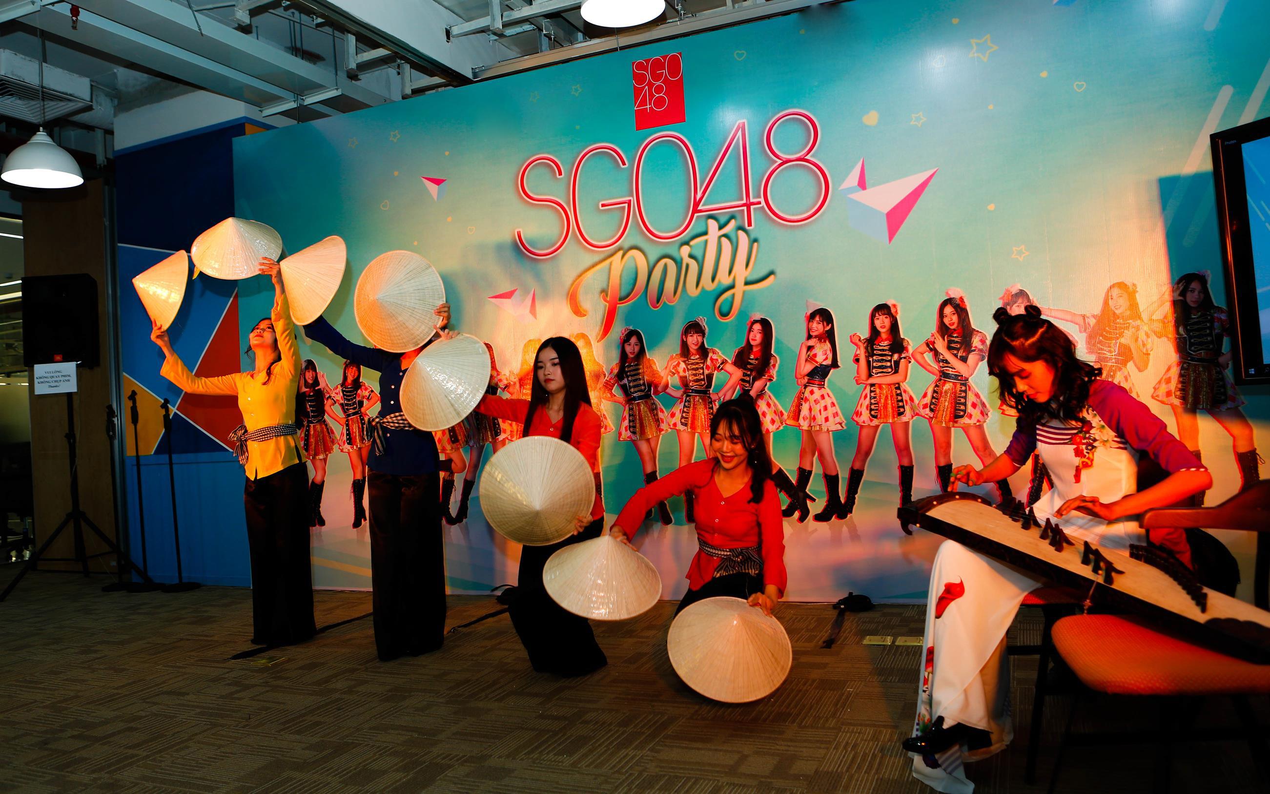 Các cô gái SGO48 choáng ngợp trước biển fan siêu to khổng lồ trong buổi fanmeting tại TP.HCM