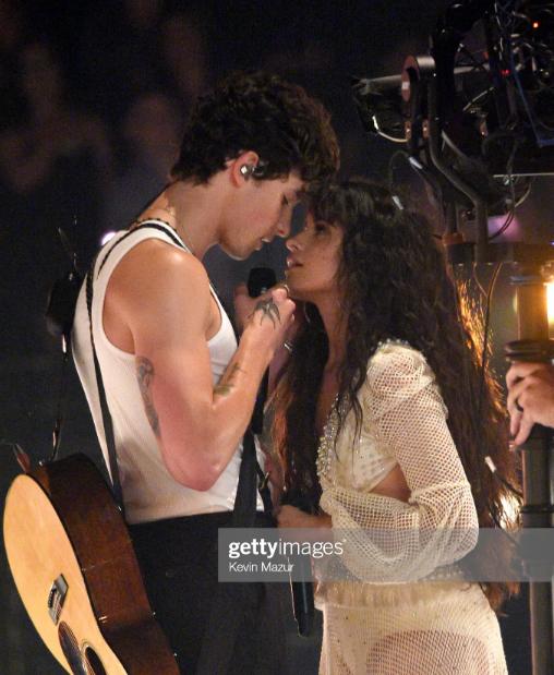 Sân khấu của cặp đôi bạn thân Shawn Mendes và Camila Cabello tại VMAs: Nhàn nhạt và chẳng có cảnh hôn nóng bỏng nào