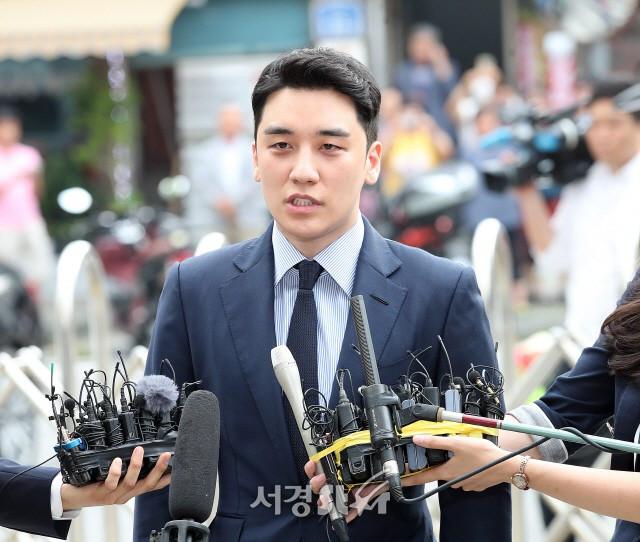 Seungri chính thức lộ diện cảnh sát sau 2 tháng im ắng, liên tục cuối đầu xin lỗi