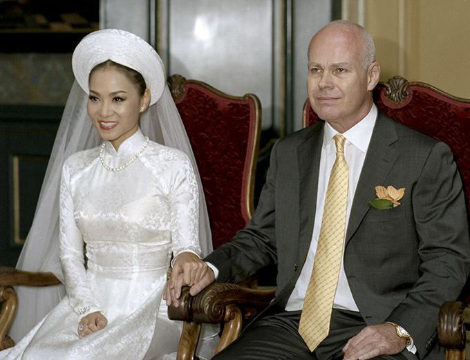 Thu Minh công khai ảnh cưới cùng nhà chồng đại gia trong lâu đài hoành tráng giữa trời Âu