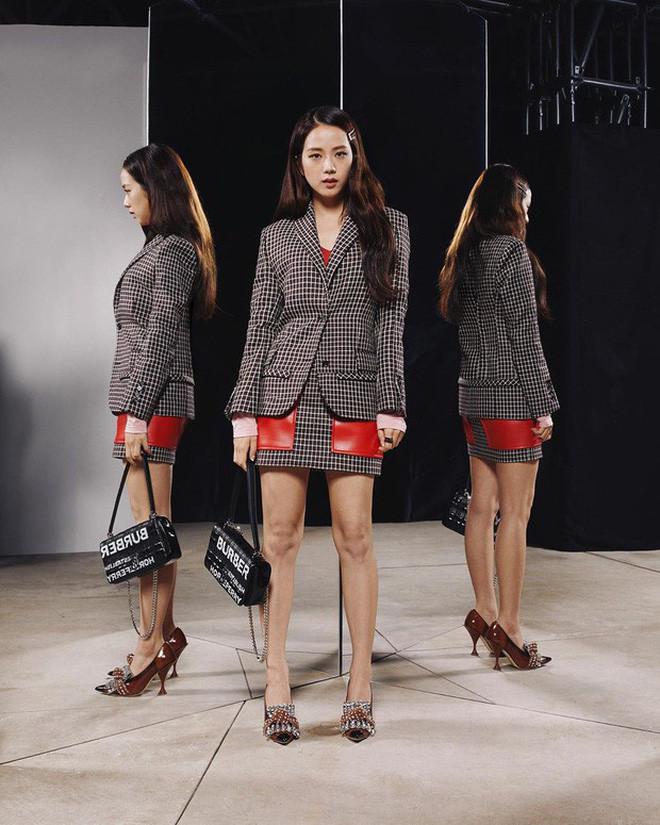 Diện set đồ quê mùa dự Paris Fashion Week, Jennie (BLACKPINK) vẫn thu hút ống kính nhờ vòng 1 bốc lửa