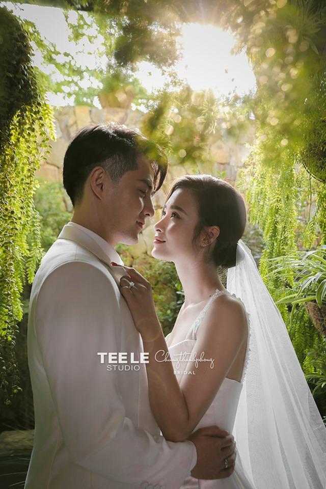 Tung MV Sáng Mắt Chưa nhằm cà khịa chú rể, Trúc Nhân năn nỉ Đông Nhi Xin chị đừng mời em lên hát nha! khi được mời ăn cưới