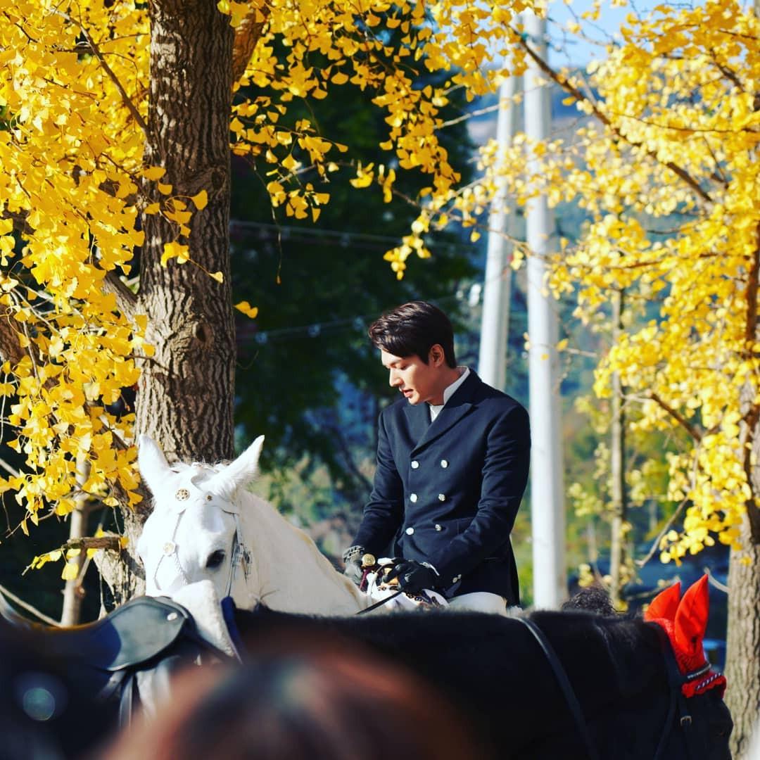 Ngẩn ngơ trước loạt ảnh Lee Min Ho cưỡi ngựa trắng như hoàng tử đời thật: Bao giờ mới cho ra phim?