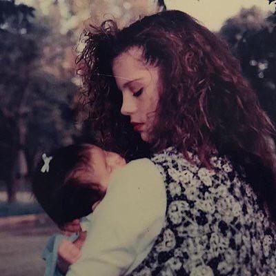 Phát sốt trước nhan sắc thời trẻ của mẹ Selena Gomez: Gương mặt thanh tú, góc nghiêng cực phẩm khiến con gái tự hào