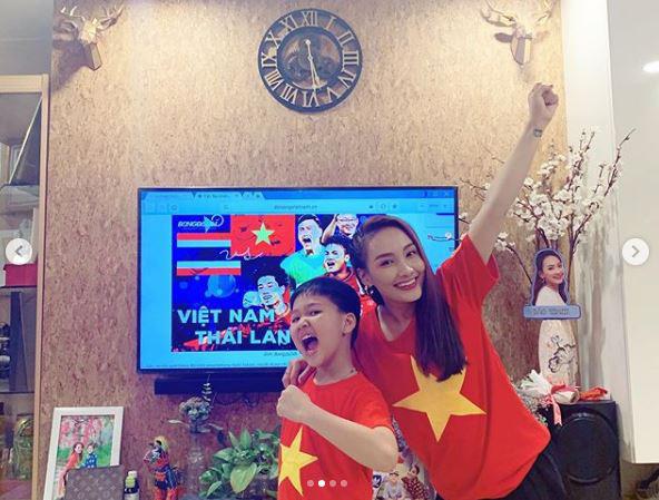 Vợ chồng Đông Nhi được đãi tiệc bằng nồi lẩu Thái, cùng dàn sao Vbiz tiếp lửa cho đội tuyển Việt Nam trước giờ G gặp Thái Lan!