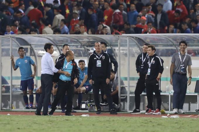 Trợ lý tuyển Thái Lan cà khịa khiến HLV Park Hang-seo nổi giận sau trận đại chiến trên sân Mỹ Đình