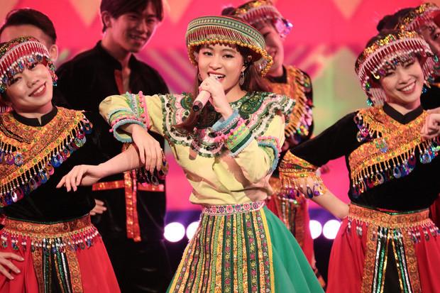 Hoàng Thùy Linh thông báo ABU Song Festival năm tới sẽ tổ chức tại Hà Nội, TWICE phía dưới vỗ tay phấn khích!