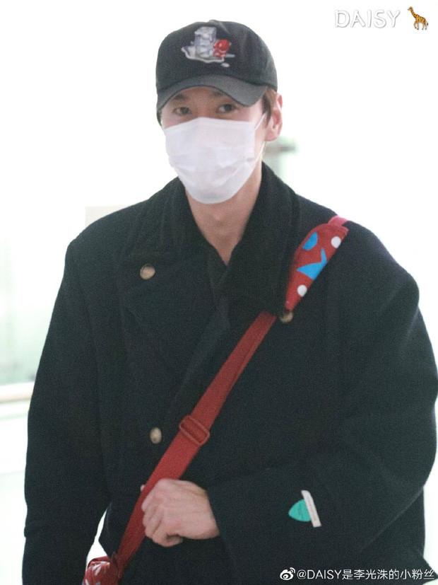 Ji Chang Wook mặc giản dị xuất hiện tại sân bay vẫn đẹp chuẩn soái ca