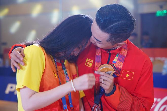 Phan Hiển chính thức giành HCV tại SEA Games 30, Khánh Thi lập tức òa khóc nức nở, ôm chầm lấy chồng vì quá hạnh phúc!