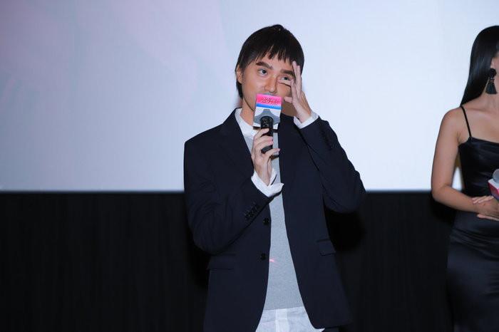 Ra mắt phim đầu tay, Hương Giang chơi lớn hóa thân thành đàn ông, ôm hôn Tuấn Trần giữa họp báo
