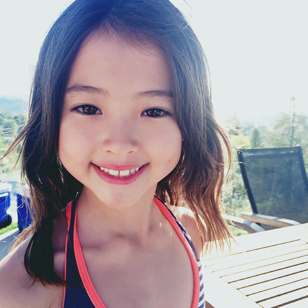 Cô bé được mệnh danh mẫu nhí đẹp nhất thế giới càng lớn càng đẹp khiến không ai có thể rời mắt