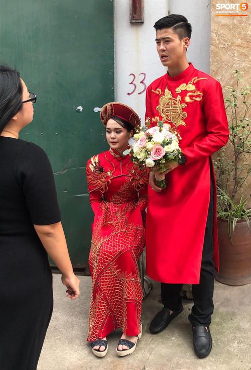 Đám hỏi cầu thủ Duy Mạnh cùng bạn gái: Chú rể thiếu ngủ nhưng vẫn rạng rỡ, cô dâu xinh hết phần thiên hạ