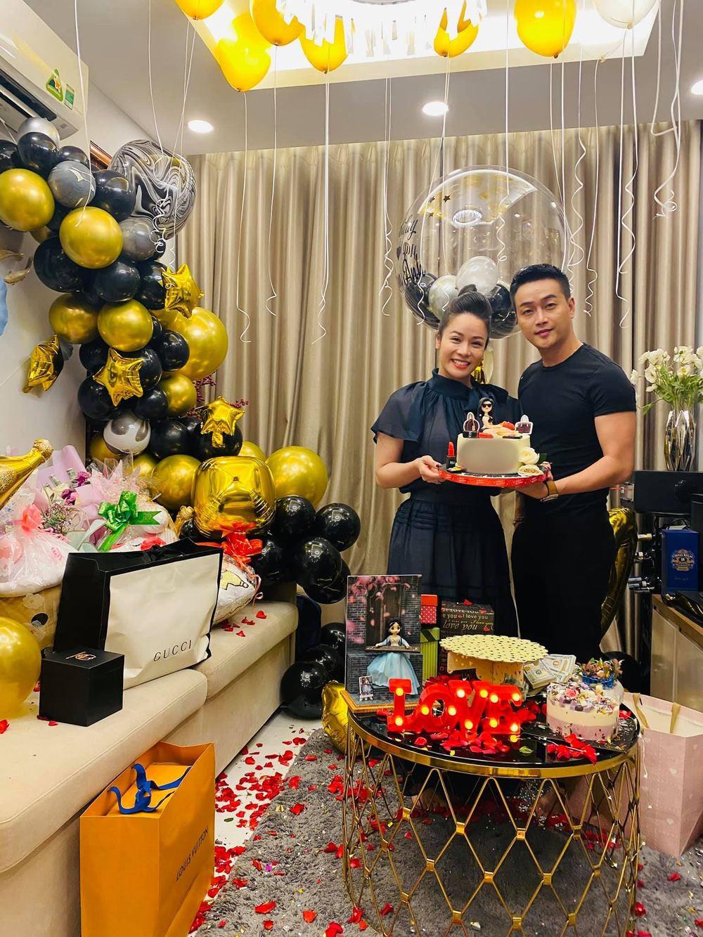 Vừa chúc mừng sinh nhật Nhật Kim Anh, TiTi đã khoe đoá hoa to và lời ngọt ngào Yêu em: Cùng cho một người hay sao đây?