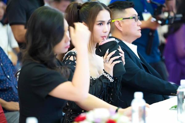 Ngọc Trinh gây tranh cãi khi khoá môi fan nhí ngay tại sự kiện