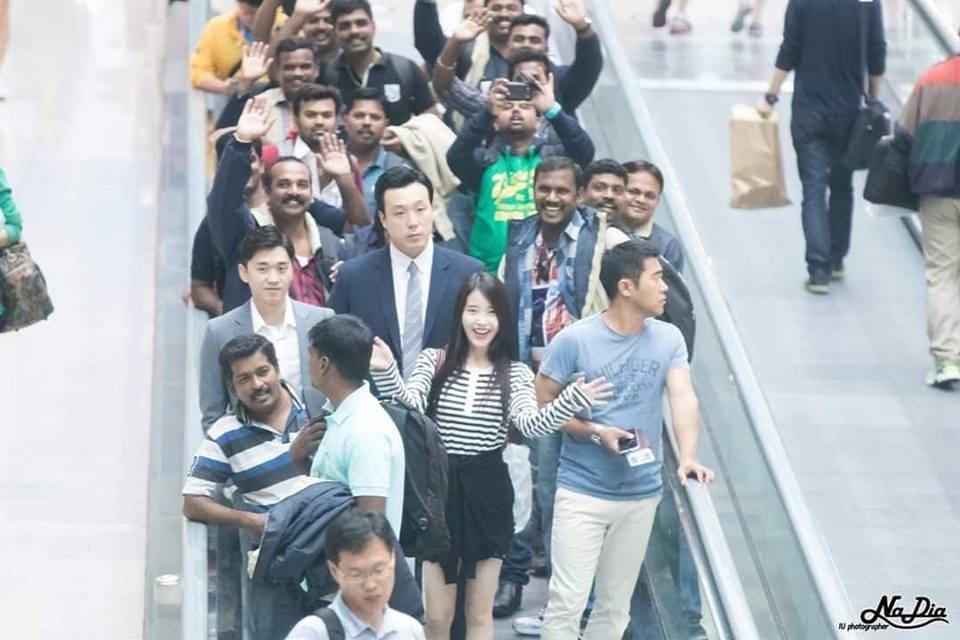 Fan đón IU nhưng khách nước ngoài tưởng dân Hàn hiếu khách nên nhiệt tình vẫy tay đáp lễ