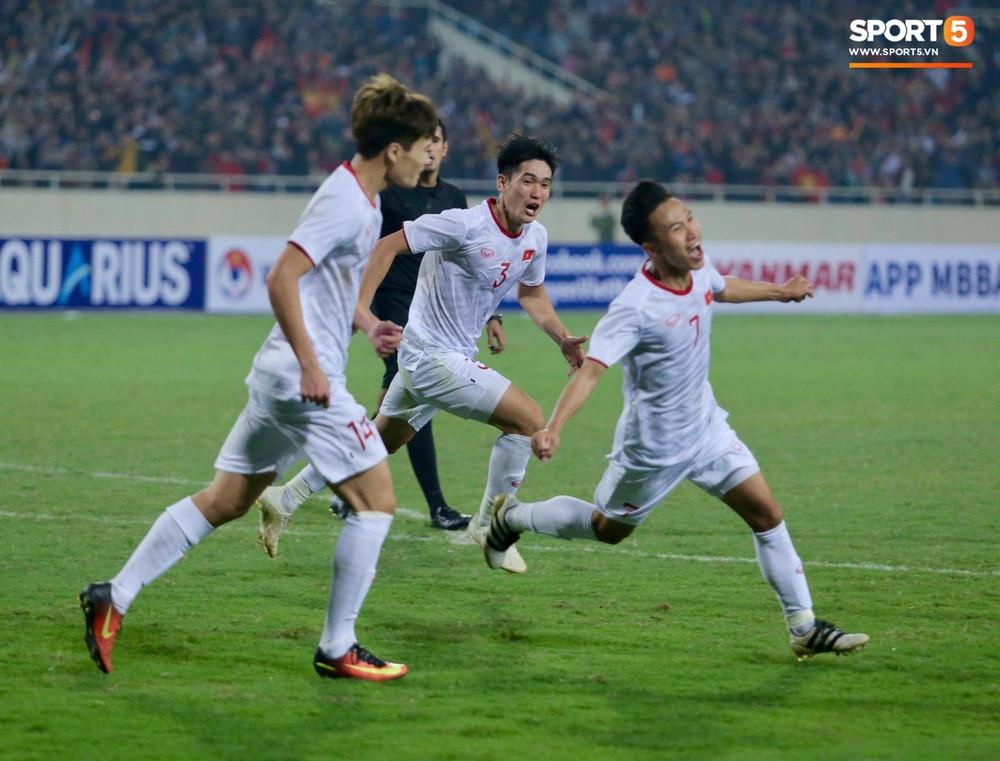 Dàn sao Việt vỡ oà trước chiến thắng ở những giây cuối cùng của U23 Việt Nam trước Indo