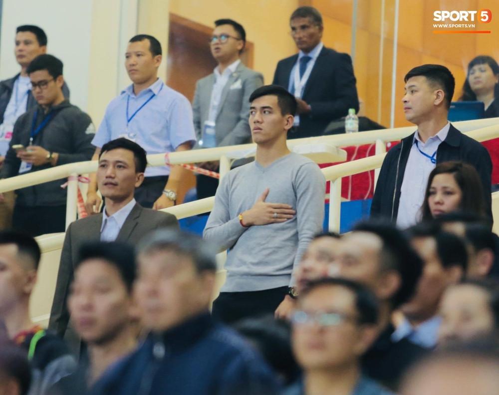 Duy Mạnh lặng lẽ tới ủng hộ U23 Việt Nam, Văn Hậu có người đặc biệt đến cổ vũ