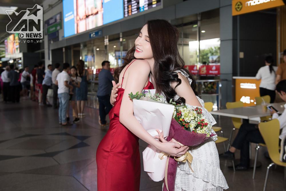 """Ngọc Trinh diện váy 2 dây đỏ quyến rũ ra sân bay đón """"thần tiên tỉ tỉ"""" của Thái Lan sang Việt Nam"""