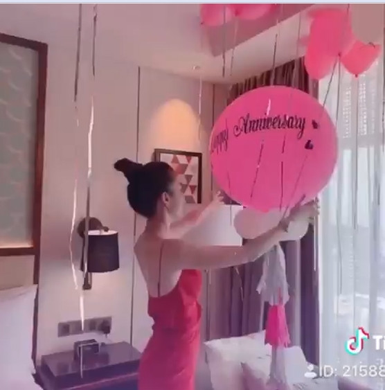 Chiều Ngọc Trinh như bạn trai: Biến căn phòng mỹ nhân thành pink room để kỷ niệm 2 năm ngày yêu